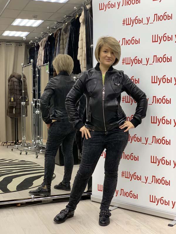Кожаная женская куртка черного цвета с воротником-стойкой